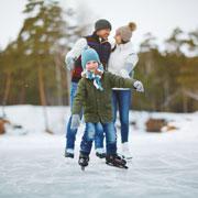 Дети на льду: как познакомить ребенка с коньками и катком