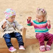 Ребенок кусается, не делится игрушками и кидается песком: что делать?