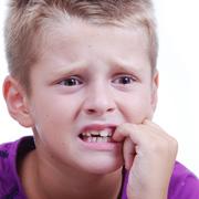 Ребенок грызет ногти. Как реагировать родителям?