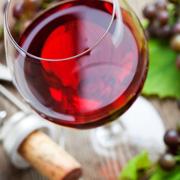 Как правильно открывать и разливать вино и зачем винным бокалам ножка
