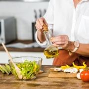 Добавлять ли в салат оливковое масло?