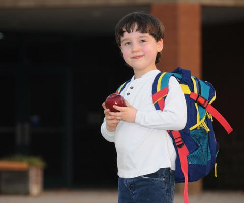 Когда ребенок должен сам собирать портфель и вставать по будильнику. Как контролировать ребенка в первом классе
