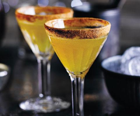Как приготовить коктейли с ромом, мартини и мандаринами