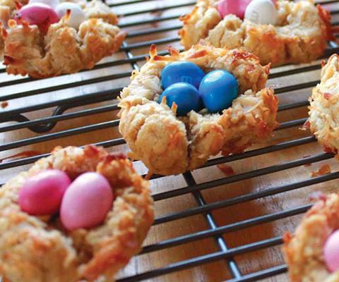 Что приготовить на Пасху с детьми: гнезда из печенья и блинов