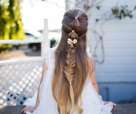 """Прическа для девочки в школу: распущенные волосы и коса с """"фонариками"""""""