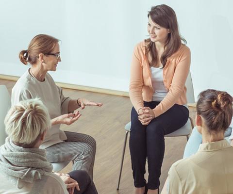 От групповой психотерапии до групп поддержки молодых мам: что выбрать?