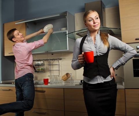 Кто должен мыть посуду и выносить мусор, если оба супруга работают. Мужские и женские дела по хозяйству