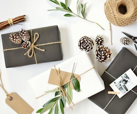 Упаковка новогодних подарков: 10 способов украсить крафт. Крафт-бумага и украшения