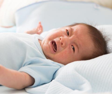 Жидкий стул у грудничка, ребенок плачет при кормлении: что делать?
