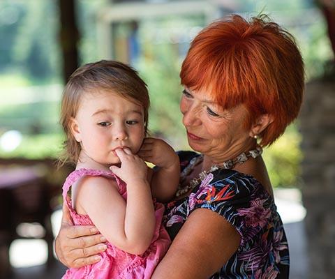 Как научить ребенка оставаться с другими взрослыми, которым вы доверяете
