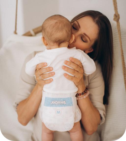 мама с ребенком в подгузниках