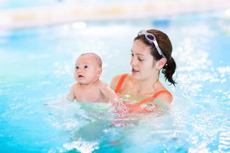 Как и когда начинать обучать плаванию грудничка