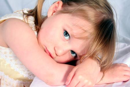 Ребенок бьет себя по голове: почему годовалые дети, когда злятся плачут и бьют ладошками по лицу, причины этого и последствия