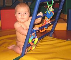 Расстояние между ступеньками спортивного комплекса Ранний старт небольшое, что позволяет малышу легко дотягиваться доних, легко залезать ислезать