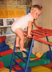 Хождение понеровной поверхности (массажному коврику или узким перекладинам спорткомплекса)— отличная профилактика плоскостопия