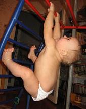 Высота спорткомплекса Ранний старт чуть больше метра, шведская стенка расположена наклонно, что позволяет малышу почувствовать себя уверенно