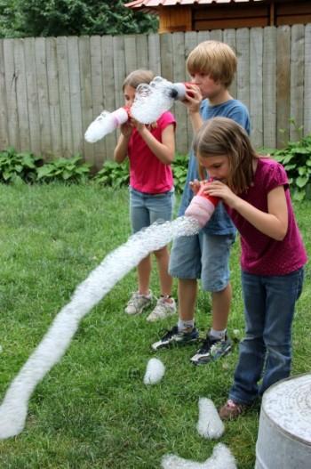 Радужная змея из мыльных пузырей