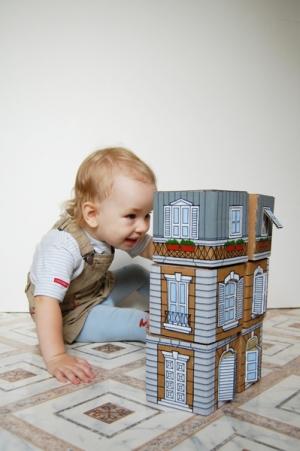 Игрушки своими руками: домик из картона - с мансардой, кафе и кошкой