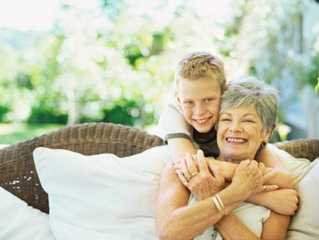 Бабуля с внуком спит 4 фотография