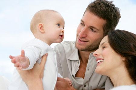 Счастливая семья в лесу - мама, папа и две девочки 56