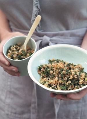 Жареный рис с капустой и зеленым луком