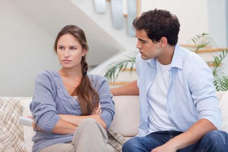 Жена смотрит как муж подругу
