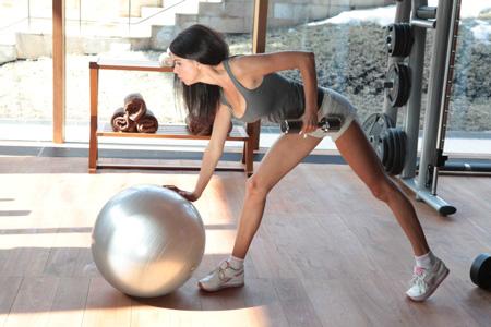 Заниматься дома или в фитнес-клубе (и как часто)? Плюсы и минусы