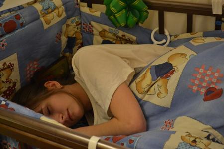 Кормящая мама и детская кроватка: какую выбрать?