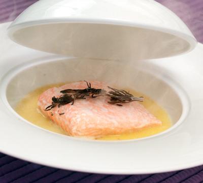 Паровой лосось с розмариновым дымком на соусе Шампань