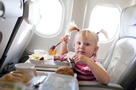 Ребенок в самолете: 10 удачных решений. Что взять с собой?