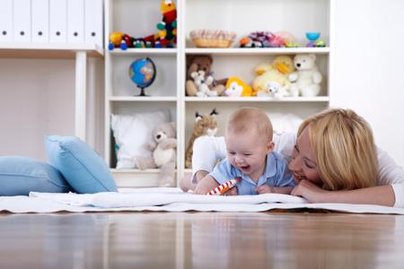 Первые игрушки малыша: какие и зачем?