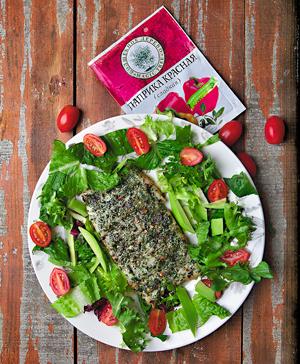 Рыба по-каджунски с зеленым салатом, авокадо и томатами