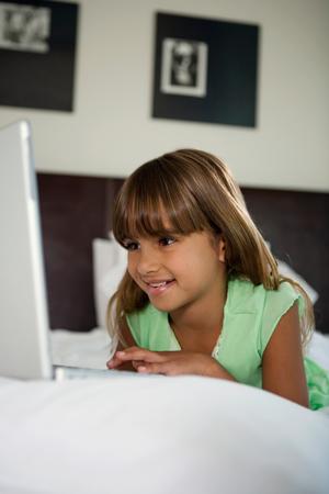 Видео девушка одна пнред компьютером фото 132-394