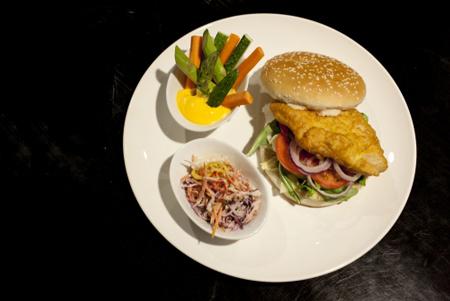 Бургер с судаком и капустным салатом