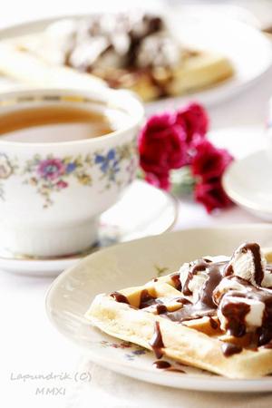 Рецепт завтрака или десерта: вафли с шоколадным соусом