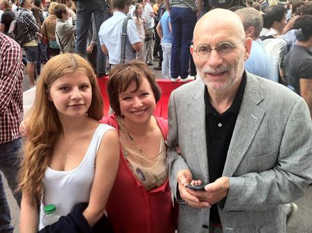 Телеведущая Елена Чекалова с дочерью Машей и Борисом Акуниным