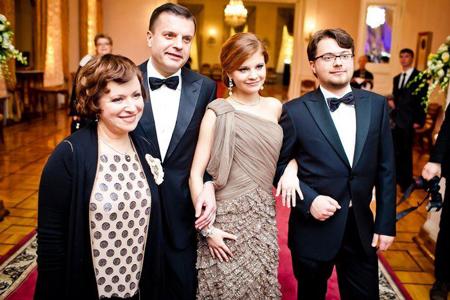 Телеведущая Елена Чекалова с мужем и детьми