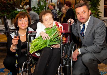 Телеведущая Елена Чекалова с мужем и мамой Анжеликой Яковлевной