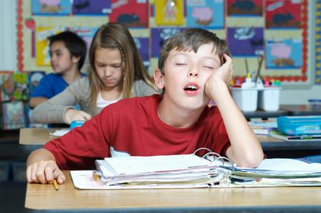 Недостаток сна у подростков: оценки, депрессия и автомобильные аварии