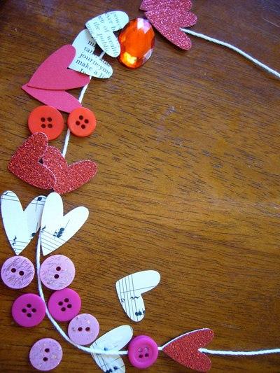 Детские поделки к 8 марта - подвеска из бумаги и бусин