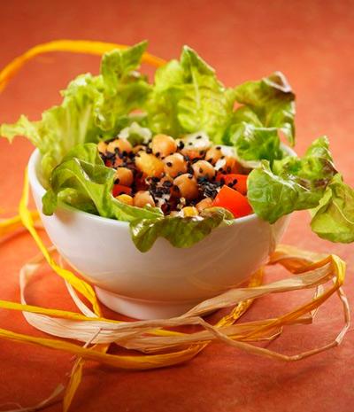 Салат с нутом, помидорами и кунжутом