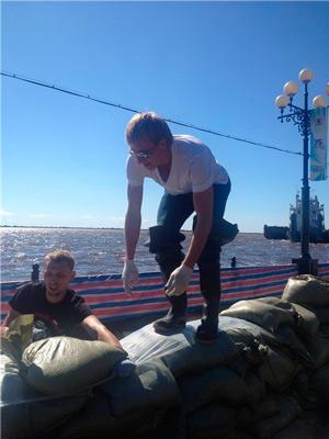 Фотография из поездки в Хабаровск, где Иван помогал волонтерам в работе по укреплению дамбы