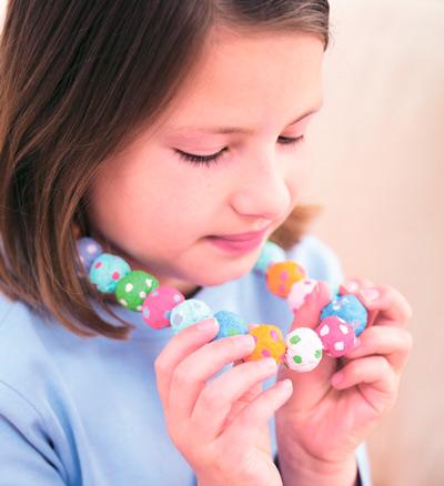 Поделки для девочек: бусы из папье-маше – для себя и в подарок