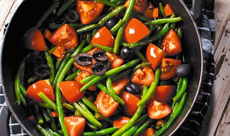 Тонкая стручковая фасоль с томатами и маслинами в соевом соусе