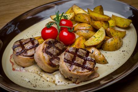 Медальоны из телятины с соусом из белых грибов и мини-картофелем