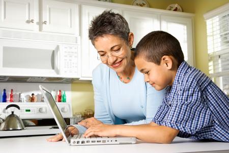 Телевизор нон-стоп, уроки из-под палки и жестокость родителей: что делать?