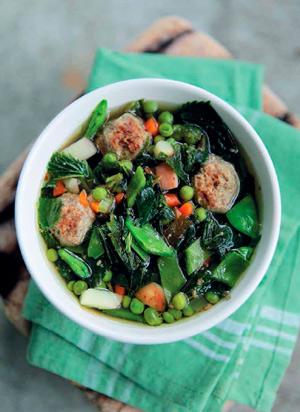 Весенний суп с фрикадельками и крапивой