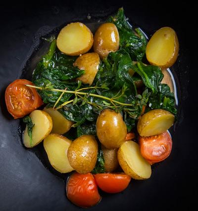 Молодой картофель с тушеным шпинатом и помидорами черри