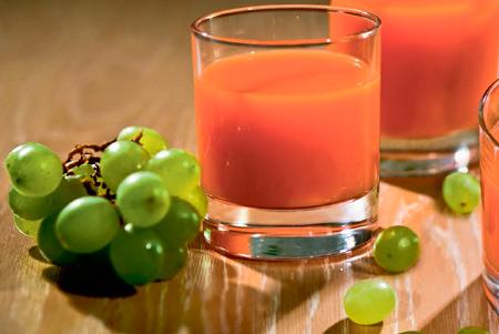 Сок из моркови с виноградом и сельдереем