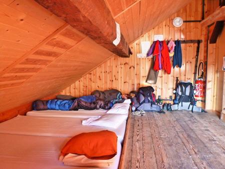 Общая комната для туристов в горном приюте
